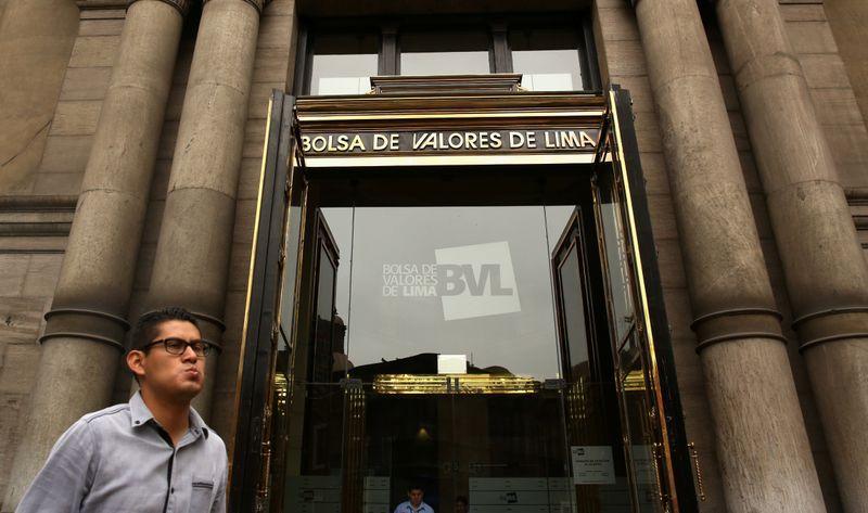 FOTO DE ARCHIVO. Un hombre pasa cerca del edificio de la Bolsa de Valores de Lima en Lima, Perú. 15 de diciembre de 2017. REUTERS/Mariana Bazo