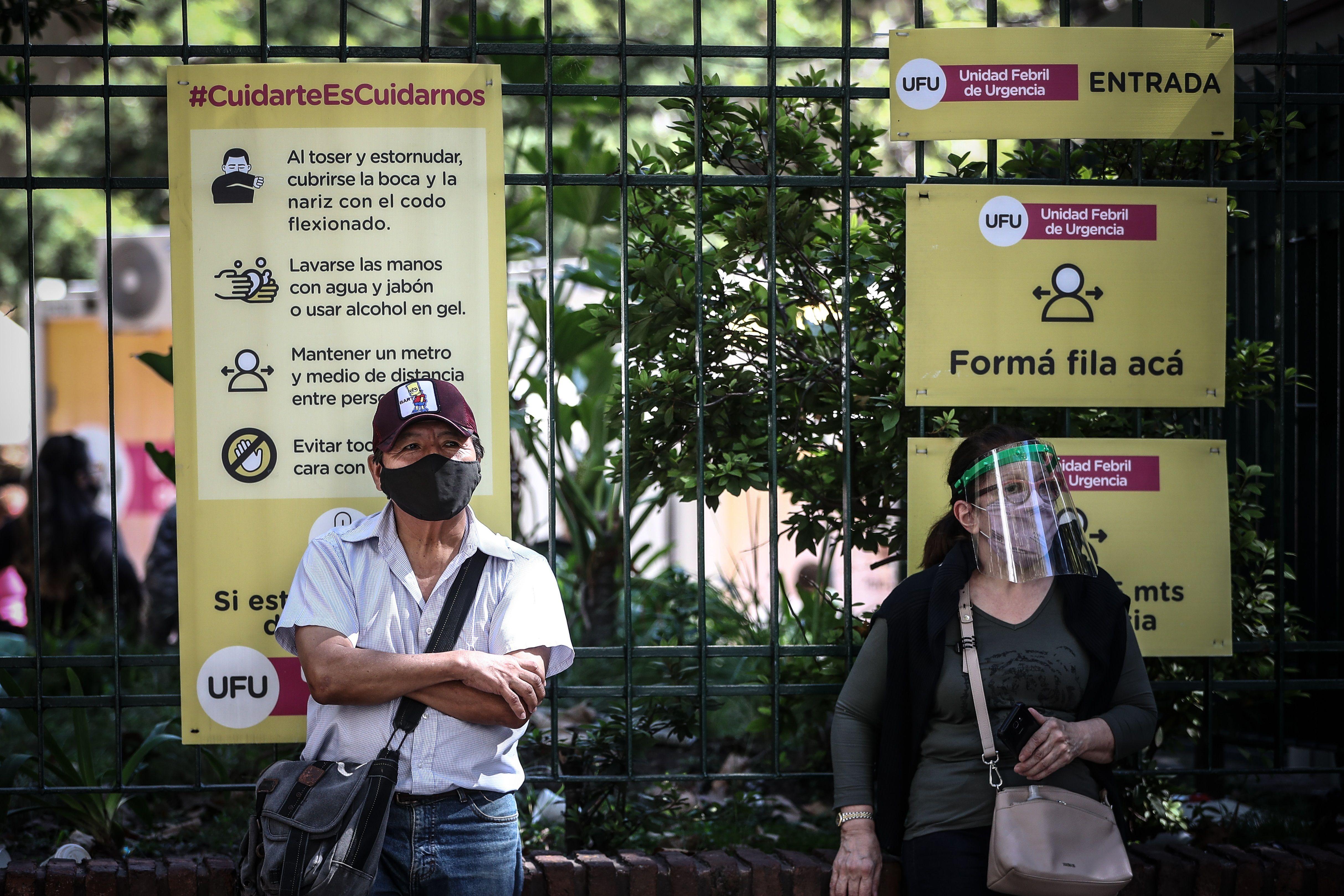 Personas hacen fila frente a un Hospital para realizarse un examen de covid-19, en Buenos Aires (Foto: EFE)