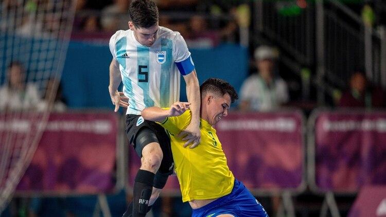 0372f8ba1a231 Argentina perdió ante Brasil en un vibrante clásico de futsal y ...