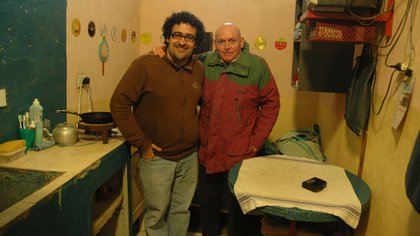 Rodolfo Palacios y Robledo Puch en la celda en que el Ángel Negro vivía en Sierra Chica (Editorial Mondadori / Diego Sandstede)