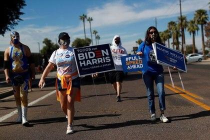 Una campaña de promoción de la importancia del voto latino en Maryvale, Phoenix, el 31 de octubre de 2020 (REUTERS/Edgard Garrido)
