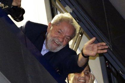 Lula saluda desde el sindicato a sus simpatizantes que se reunieron en la calle para respaldarlo