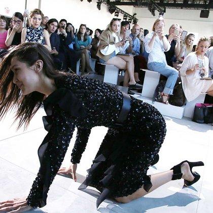 La caída de Bella Hadid durante el New York Fashion durante el desfile de Michael Kors