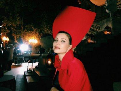 La modelo y periodista Soledad Ainessa con su imponente tocado rojo inspirado en el cuento de la Caperucita Roja