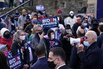 El candidato presidencial demócrata Joe Biden habla a través de un megáfono a una multitud en Filadelfia, Pensilvania. REUTERS/Kevin Lamarque