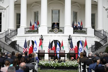 Trump habla en la Casa Blanca mientras lo escuchan el primer ministro israelí, Benjamín Netanyahu, y los  ministro de Relaciones Exteriores de los EAU y Bahrein, Abdullah bin Zayed y Abdullatif Al Zayani. Foto: REUTERS/Tom Brenner