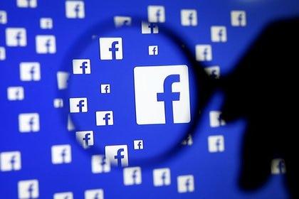 Los responsables de las redes sociales también trabajan para no reproducir contenidos engañosos o falsos en sus plataformas. (Foto: Dado Ruvic/Reuters)