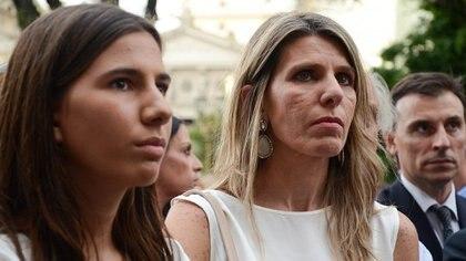 Sandra Arroyo Salgado, jueza de San Isidro y ex mujer de Nisman, junto a Iara, hija mayor del fiscal, en uno de los actos por el aniversario de su muerte (Nicolás Stulberg)
