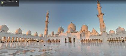 La mezquita Sheikh Zayed en Abu Dabi fue nombrada así en honor al primer presidente de Emiratos Árabes.