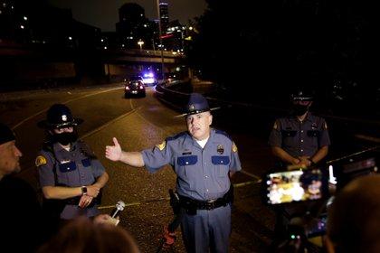 Ron Mead, capitán de la patrulla del estado de Washington, informa a los medios de comunicación sobre el ataque en Seattle el 4 de julio de 2020. REUTERS/Jason Redmond