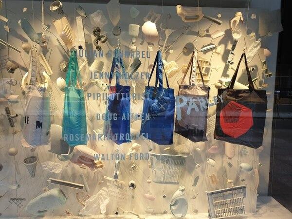Resultado de imagen para moma carteras plásticos recuperados de los océanos