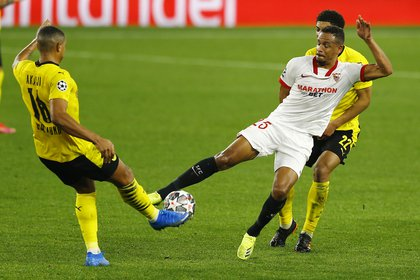 En el segundo tiempo el Sevilla salió en la búsqueda del descuento y logró concretar otro gol. En la imagen, el duelo de Fernando y Manuel Akanji (REUTERS/Marcelo Del Pozo).