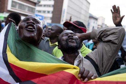 Seguidores del candidato opositor en Harare (AFP / MARCO LONGARI)