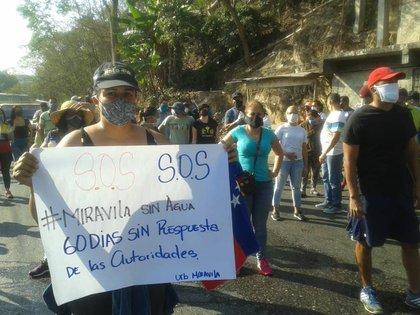 La protesta de los vecinos de la Urbanización Mirávila, en Sucre (Foto: Especial)
