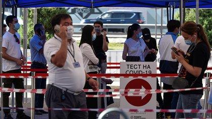 Gente hace fila para ser testeada en un puesto en Kazajstán July 8, 2020. REUTERS/Mariya Gordeyeva
