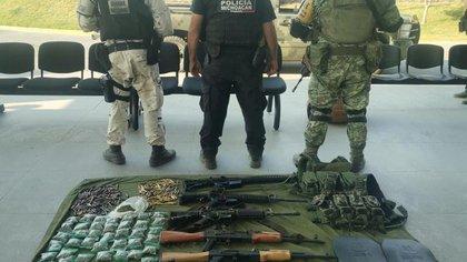 Arrestaron con arsenal y drogas a presunto sicario que atacó a brigada de vacunación en Michoacán