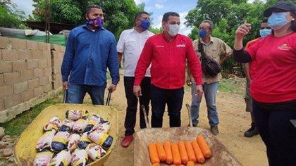 Candidatos del PSUV en campaña repartiendo mortadela y pollo