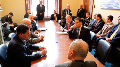 El vicepresidente Hamilton Mourão junto a los senadores Marco Rubio(Florida), Jim Risch (Idaho) y Tom Udall (Nuevo México), entre otros, en un encuentro que giró en torno a la situación en Venezuela