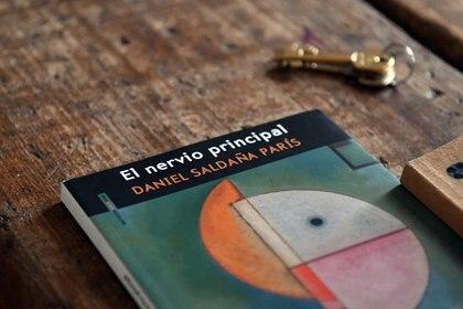 """""""El nervio principal"""", último libro de Daniel Saldaña París (Foto: Maximiliano Luna)"""
