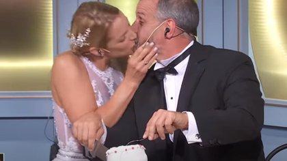 """""""Buenos amigos"""": después de cortar la torta de bodas que había preparado un participante de """"El gran premio de la cocina"""", Carina Zampini besó a Petersen"""