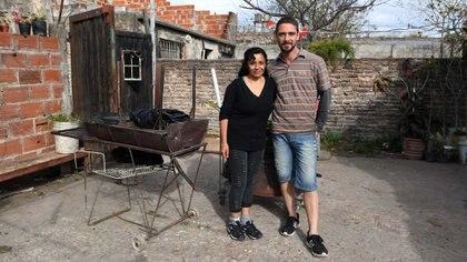 Analía Fernández tiene 46 años y 8 hijos. Diego Almada tiene 38 y una hija. Se enamoraron a primera vista y luchan juntos por sacar adelante su gran familia (Maximiliano Luna)