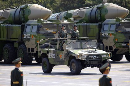 Vehículos militares chinos llevan un misil DF-21D. Un ejemplar fue lanzado por el régimen el pasado miércoles en el Mar del Sur. Foto: REUTERS/Damir Sagolj