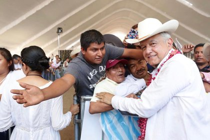 López Obrador es muy criticado por escenas como esta. Con la pandemia ya decretada, en gira, el presidente se abraza con varias personas y llama a seguir abrazándose. (Foto: Cortesía Presidencia)