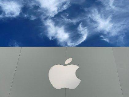 Foto de archivo del logo de Apple fuera de una tienda en La Jolla, California.  Dic 17, 2019.  REUTERS/Mike Blake