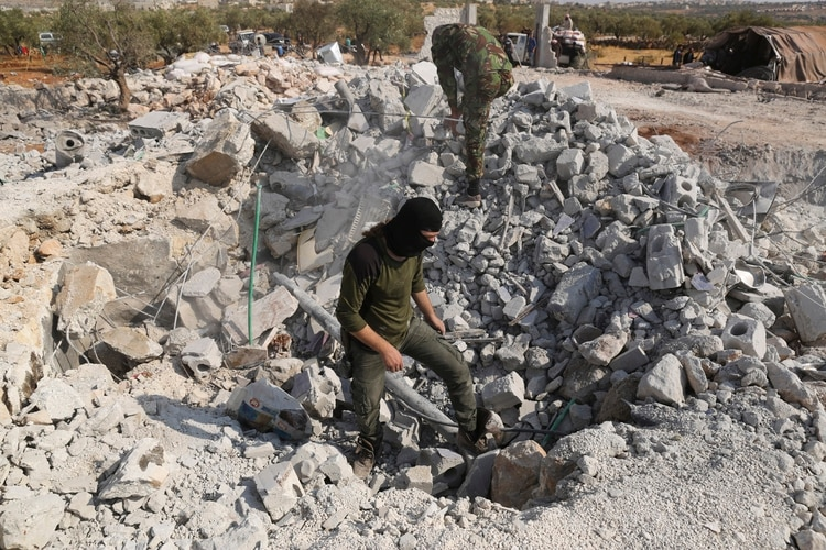 El lugar donde se refugiaba Abu Bakr Al Baghdadi en Barisha, Idlib, en el norte de Siria. Tras el operativo, varios helicópteros del Ejército de los Estados Unidos bombardeó el lugar dejándolo en ruinas. Soldados sirios inspeccionan el área (AP)
