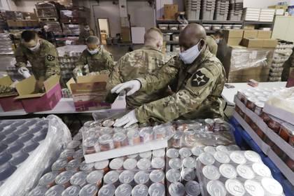 El Banco de Alimentos en San Antonio, Texas, que repartió cerca de un millón de libras de alimentos  (AP Photo/Elaine Thompson)