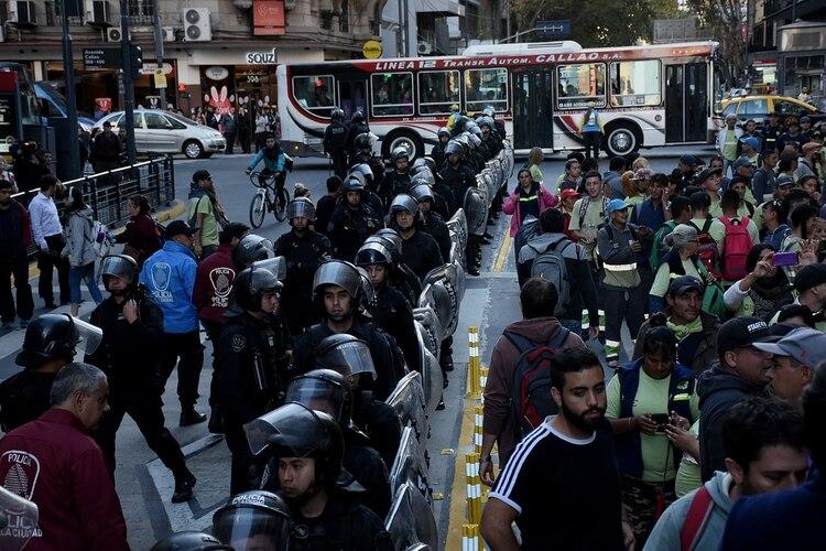 Los efectivos de la Policía de la Ciudad tratando de contener a los manifestantes
