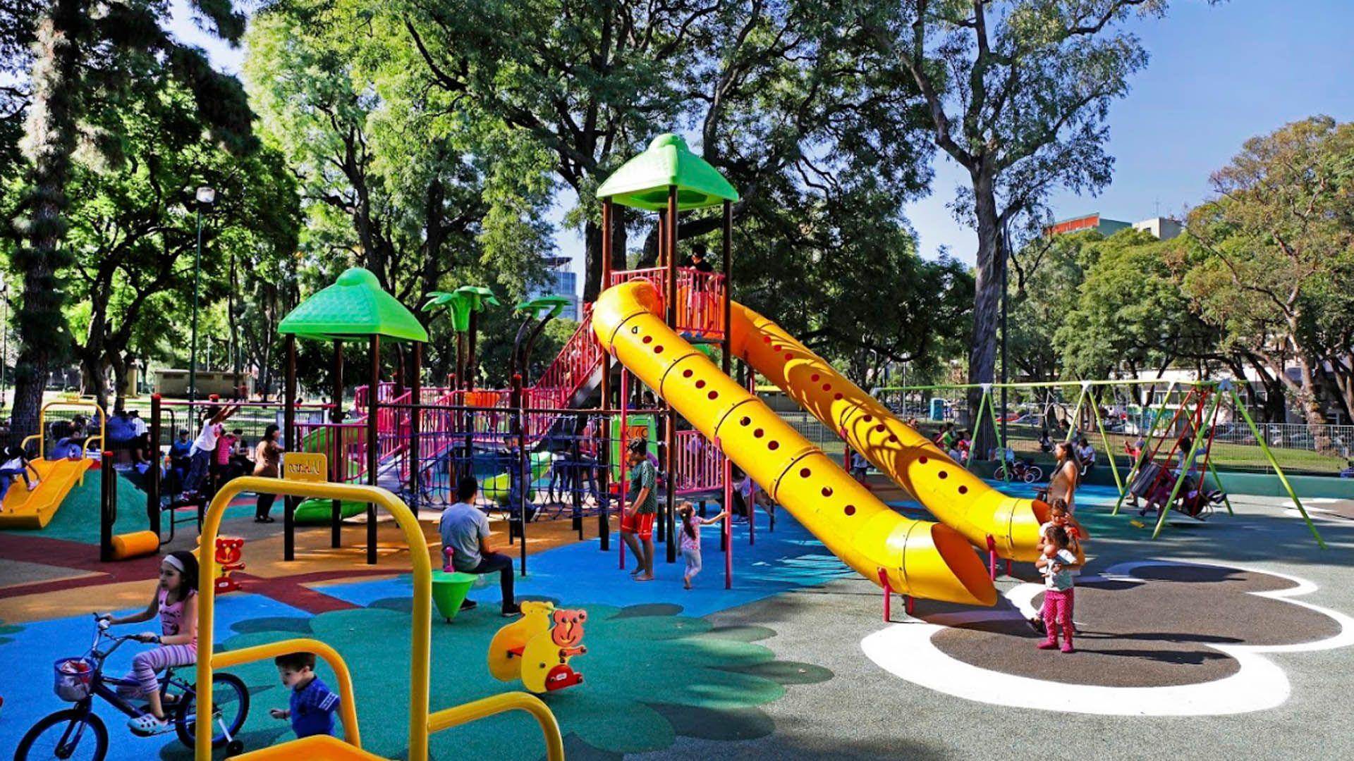 Parque Patricios cuenta con un renovado patio de juegos con mangrullo y distintas estructuras como túneles que estimulan la imaginación y completan el espacio de recreación de los chicos. Posee un canil equipado con bebederos, bancos y juegos para mascotas.