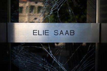 El vidrio roto de la entrada de la maison de Elie Saab (REUTERS)