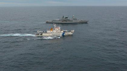 """Buques, Aviones, radares, sistemas de monitoreo remoto tales como el Pollux y el Guardacosas, cientos de hombres y mujeres de la Prefectura Naval y de la Armada empeñados en un objetivo común. """" Ningún pesquero ilegal en nuestras aguas""""."""