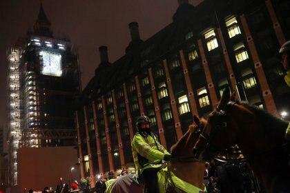 El Reino Unido suspendió el habitual show de fuegos artificiales y desplegó un fuerte operativo de seguridad para evitar aglomeraciones en las calles en medio de un nuevo rebrote de coronavirus (Reuters/ Hannah McKay)