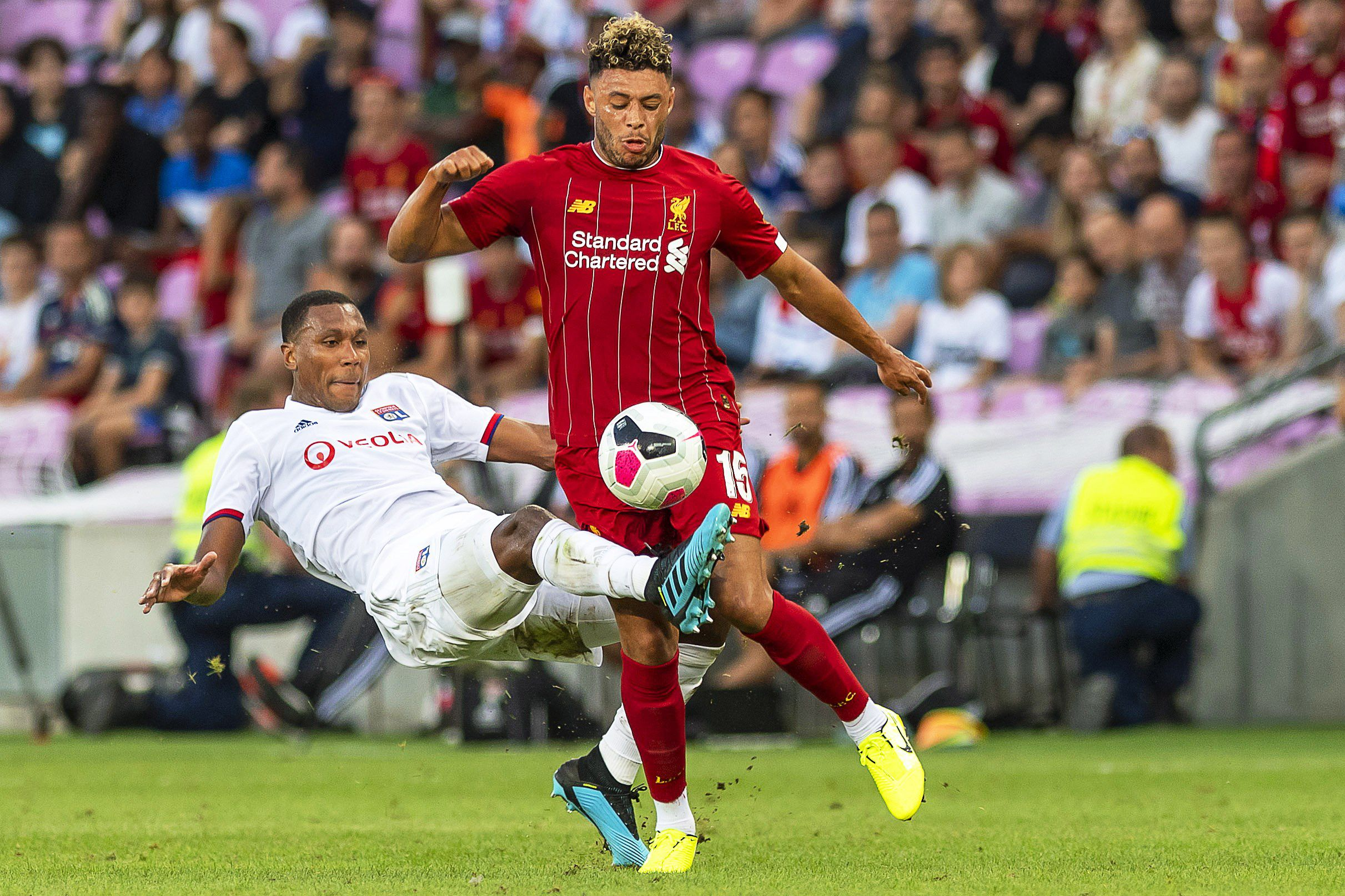 Geneva (Switzerland), 31/07/2019.- Liverpool's Alex Oxlade-Chamberlain (R) in action against Lyon's Marcelo Guedes (L) during a friendly soccer match between Liverpool FC and Olympique Lyon in Geneva, Switzerland, 31 July 2019. (Futbol, Amistoso, Suiza, Ginebra) EFE/EPA/MARTIAL TREZZINI