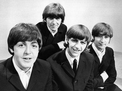 Los míticos Beatles: Paul McCartney, George Harrison, Ringo Starr y John Lennon durante un posado fotográfico en los estudios de televisión de la BBC en Londres (EFE/Archivo)