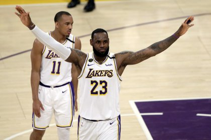 El jugador de los Angeles Lakers Avery Bradley detrás de su compañero LeBron James. EFE/EPA/ALEX GALLARDO/Archivo