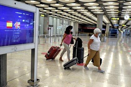27/07/2020 Dos pasajeras con maletas en la terminal T1 del Aeropuerto de Madrid-Barajas Adolfo Suárez, en Madrid (España), a 27 de julio de 2020. POLITICA  Óscar Cañas - Europa Press