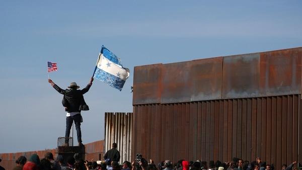 El grupo de migrantes que intentó cruzar hoy la valla entre Tijuana y San Diego. (Foto: Reuters)