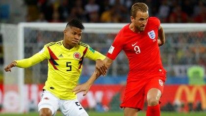 Wilmar Barrios marca a Harry Kaneen el partido de octavos de final del Mundial de Rusia 2018(Reuters)