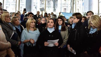 """Karina, junto a Javier y María de la Paz, leyó una carta durante la entrega de firmas en nombre de los """"sobrevivientes del aborto"""""""