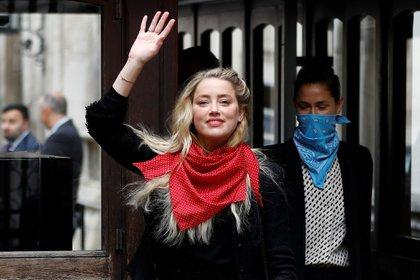 Heard sonríe a sus seguidores que la esperaban afuera del juzgado Foto: (REUTERS/Peter Nicholls)