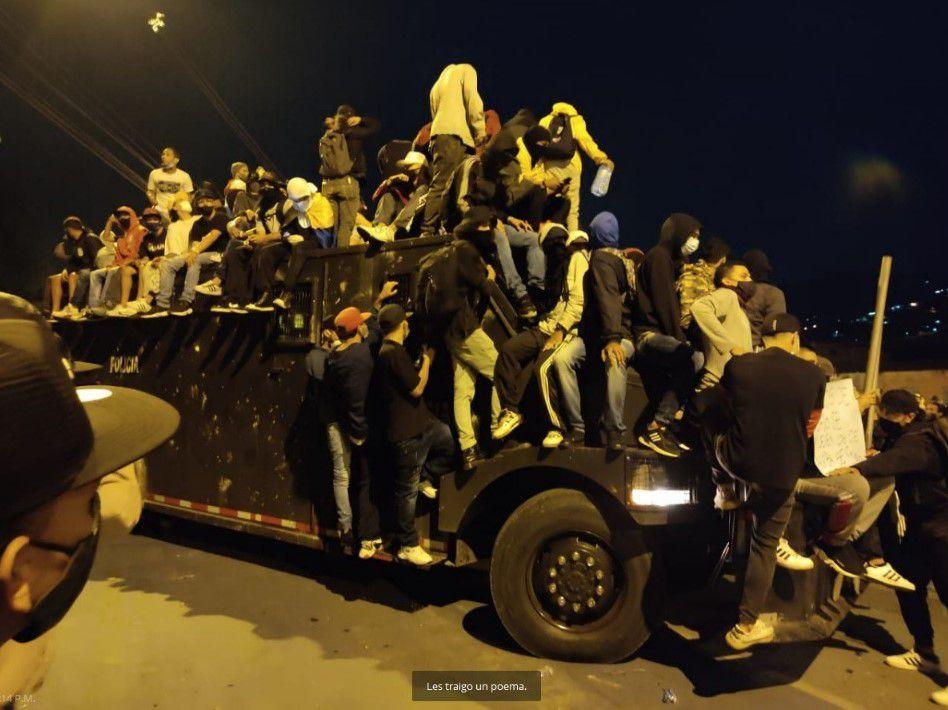 Manifestantes se montan a una tanqueta en Medellín