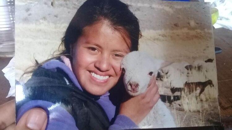 Fátima Álvarez muestra una foto de niña en Santa Rosa de Tastil, a 3.2000 metros sobre el nivel del mar, donde pasaba sus veranos en la casa de adobe de sus abuelos