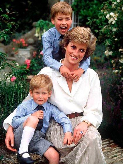 Lady Di con sus hijos, Harry y William (@kensingtonroyal)