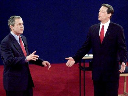 George W. Bush y Al Gore durante el último de los tres debates presidenciales de EE.UU. el 17 de octubre de 2000 (REUTERS/Archivo/Foto de archivo)