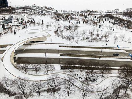 An aerial photo taken with a drone shows the PB Bridge covered in snow in Millennium Park after an overnight storm left more than 18 inches of snow on the ground and roads in Chicago, Illinois, USA, 16 de February 2021. EFE / EPA / TANNEN MAURY