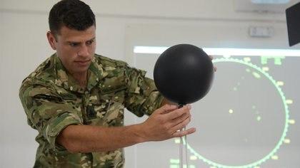 En la foto, el primer teniente Horacio Benítez en el laboratorio de la Base. Allí se estudia lo que ocurre del radar hacia adentro para, luego, poder comprender aquello que ven en las pantallas. Foto: Fernando Calzada.