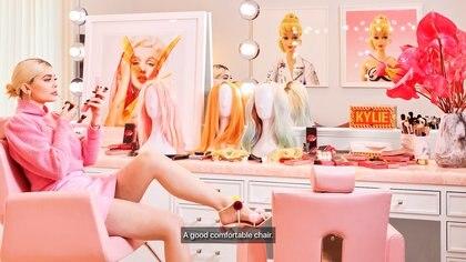 Kylie Jenner pasa la mayor parte del tiempo en su cuarto de maquillaje y peinado (Captura Architectural Digest)